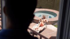 Üvey kız kardeşini camdan gizlice izlerken yakalanıyor